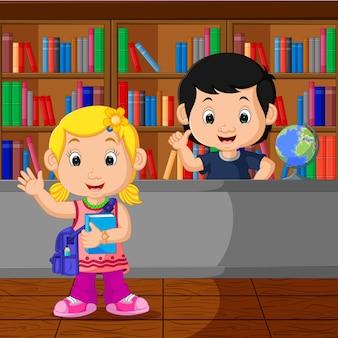 Bambini in una biblioteca