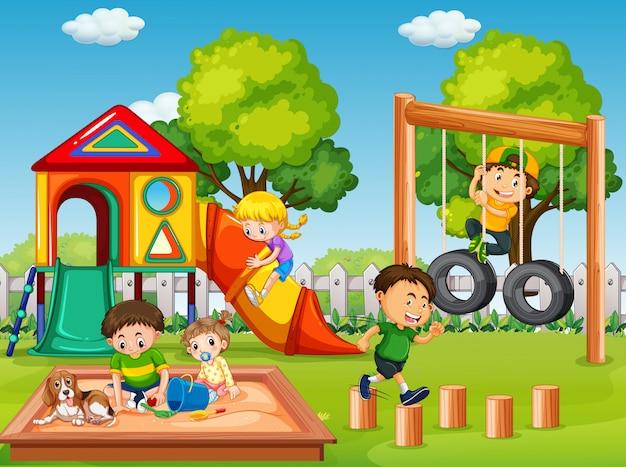 Bambini nella scena del parco giochi