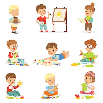 Bambini nella scuola d'arte a scuola che svolgono diverse attività creative, pittura, lavoro con stucco e taglio della carta.