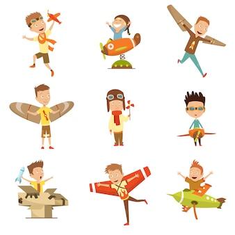 Bambini piccoli in costumi pilota che sognano di pilotare l'aereo, giocando con i personaggi adorabili personaggi dei cartoni animati.