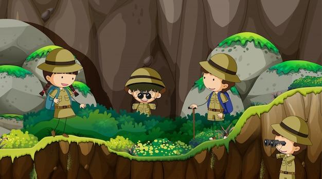 Bambini scout che esplorano la natura