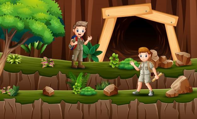 Bambini scout che fanno un'escursione sulla scogliera