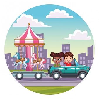 Bambini sorridenti alla guida di un'auto