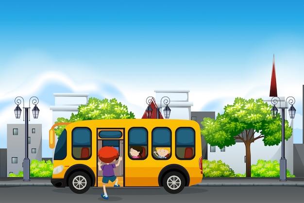 Bambini su uno scuolabus giallo