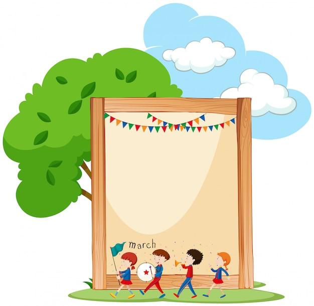 Bambini sul fondo della struttura in legno con copyspace