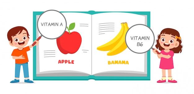 Bambini svegli felici boay e ragazza che imparano vitamina