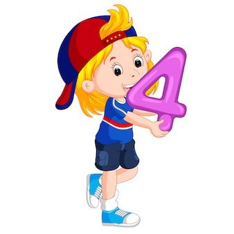 Bambino carino tenendo il palloncino con il numero quattro