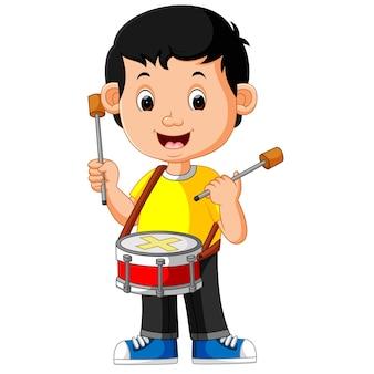 Bambino che gioca con un tamburo