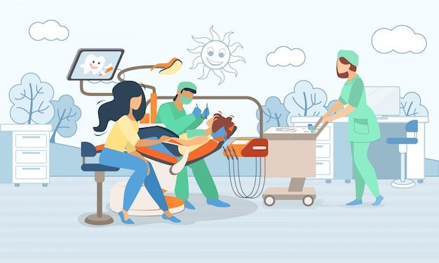 Bambino che si trova nella sedia medica nel gabinetto di odontoiatria