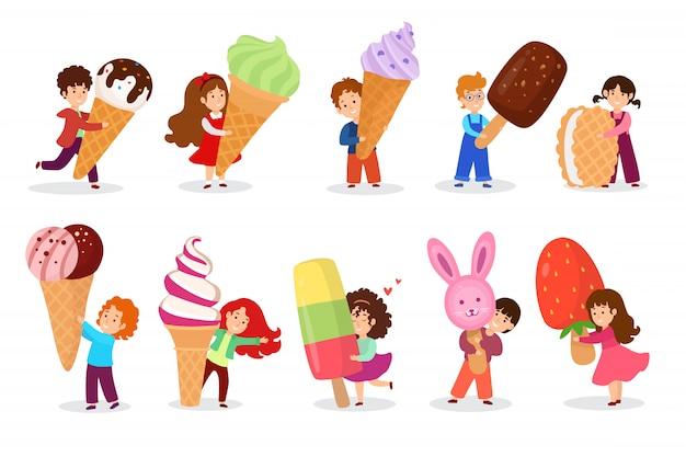 Bambino con grande illustrazione enorme del gelato. carattere minuscolo del ragazzo della ragazza del fumetto che tiene cono della cialda di gelato, bambini felici