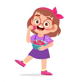 Bambino felice carino mangiare fragole