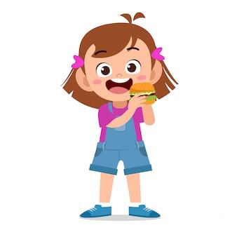 Bambino felice di mangiare