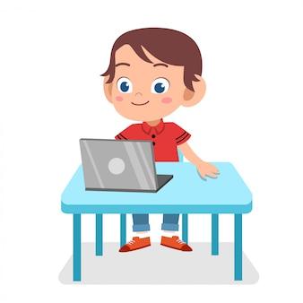 Bambino intelligente carino felice gioca internet portatile