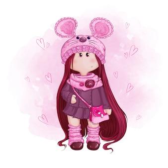 Bambola carina con i capelli lunghi in un cappello lavorato a maglia con orecchie da topo e una borsetta rosa.