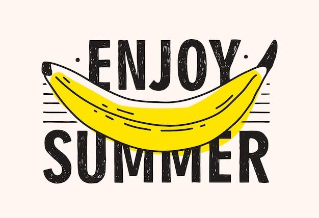 Banana gialla e godersi l'estate scritte a mano con caratteri calligrafici moderni.