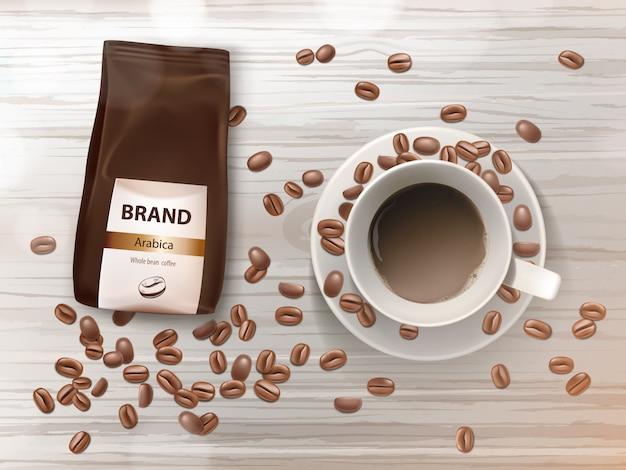 Bandiera di promozione con tazza di caffè sul piattino, fagioli marroni e pacchetto di alluminio con grani di arabica.