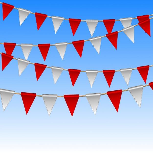Bandiere rosse e bianche sullo sfondo del cielo.
