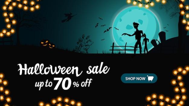 Banner di vendita di halloween, banner sconto orizzontale con paesaggio notturno con grande luna piena blu, zombie e streghe.
