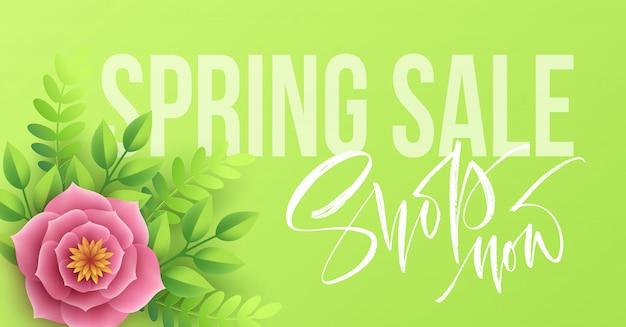 Banner di vendita di primavera con fiori di carta e scritte in calligrafia.