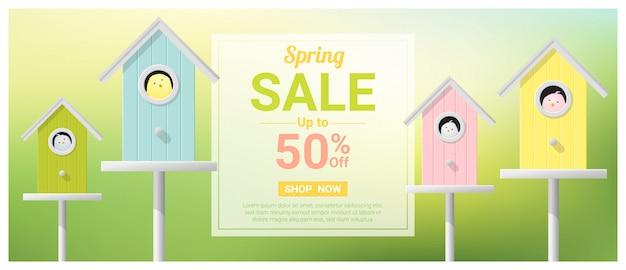 Banner di vendita di primavera con uccellini in birdhouses colorate