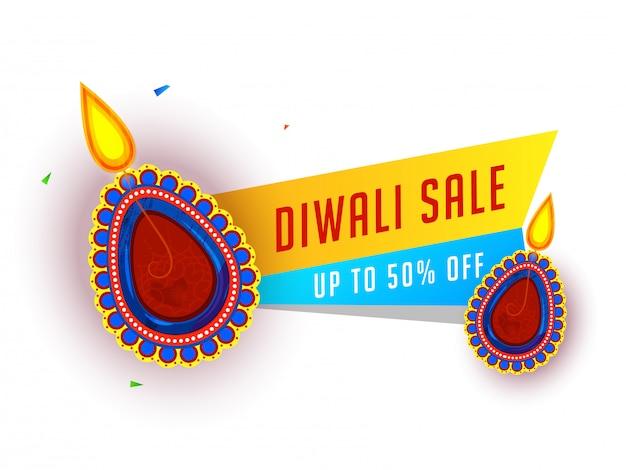 Banner di vendita diwali con offerta scontata del 50% e lampade ad olio illuminate (diya)