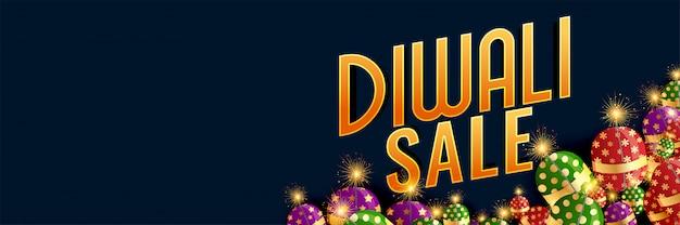 Banner di vendita felice di diwali con cracker in fiamme