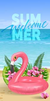 Banner estivo benvenuto con foglie di palma, fiori rosa, fenicottero giocattolo, spiaggia e oceano.