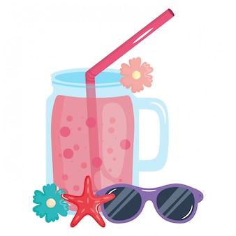 Barattolo di frutta fresca con paglia e occhiali da sole