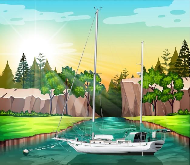 Barca a vela galleggiante sul canale
