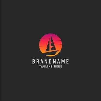 Barca a vela nell'illustrazione di vettore del modello di logo di tramonto