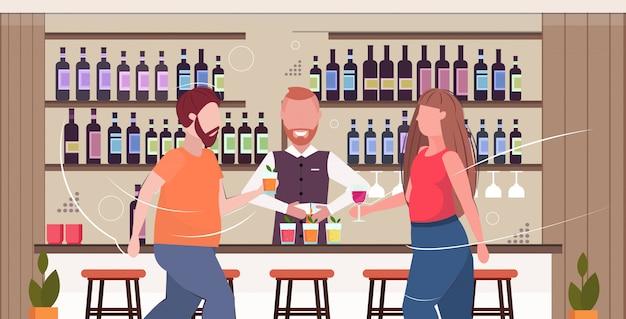Barista fare cocktail e servire uomo donna bere alcolici al bancone bar stile di vita malsano concetto di obesità moderno pub interno piatto orizzontale ritratto