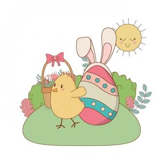 Beautitul uovo dipinto con orecchie coniglio e pulcino in giardino