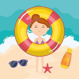 Bella donna con costume da bagno sulla spiaggia