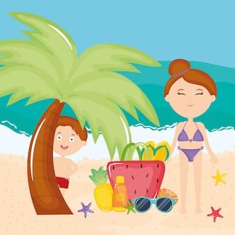 Bella donna e figlio con costume da bagno sulla spiaggia