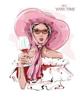 Bella giovane donna disegnata a mano in cappello rosa. moda donna con un bicchiere di vino. ragazza alla moda in occhiali da sole.