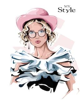 Bella giovane donna disegnata a mano in cappello rosa. ragazza alla moda in occhiali. look da donna alla moda.