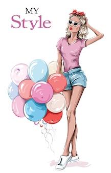 Bella giovane donna disegnata a mano in occhiali da sole. ragazza alla moda con palloncini colorati. look da donna alla moda.