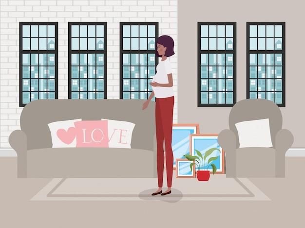 Bella gravidanza della donna nella scena del soggiorno