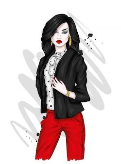 Bella ragazza in una giacca alla moda.