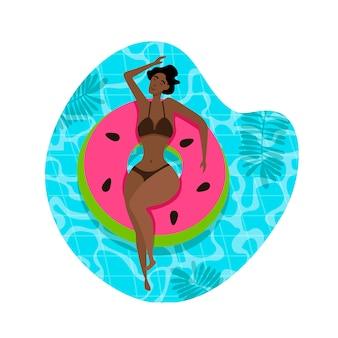Bella ragazza sul galleggiante gonfiabile dello stagno.