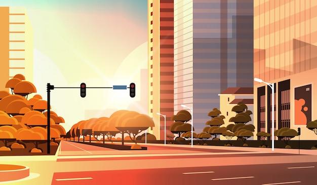 Bella strada della città, strada asfaltata con semaforo