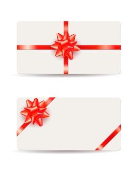 Belle carte regalo con fiocchi rossi e nastri isolati su bianco