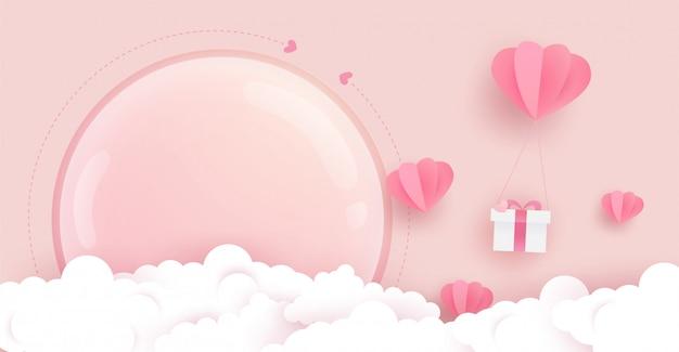 Bellissimo sfondo rosa con palloncini a cuore, regalo, nuvole e grande copertura in vetro sul rosa. arte della carta.