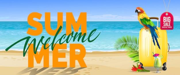 Benvenuta estate, grande banner di vendita. bevanda fredda, fiore rosso, custodia da viaggio gialla, pappagallo, oceano