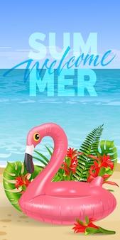 Benvenuto banner estate con foglie tropicali, fiori rossi, fenicottero giocattolo rosa, spiaggia