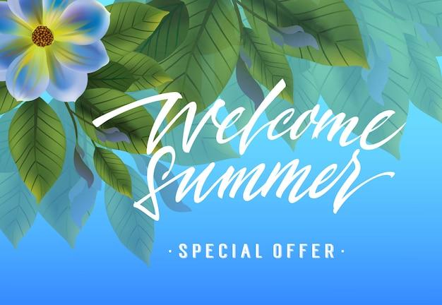 Benvenuto estate, banner offerta speciale con fiore viola e foglie su sfondo blu cielo
