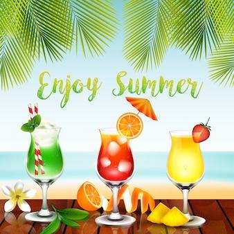 Bevande estive sul tavolo in spiaggia sfondo