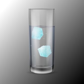 Bicchiere con alcool o acqua e due cubetti di ghiaccio