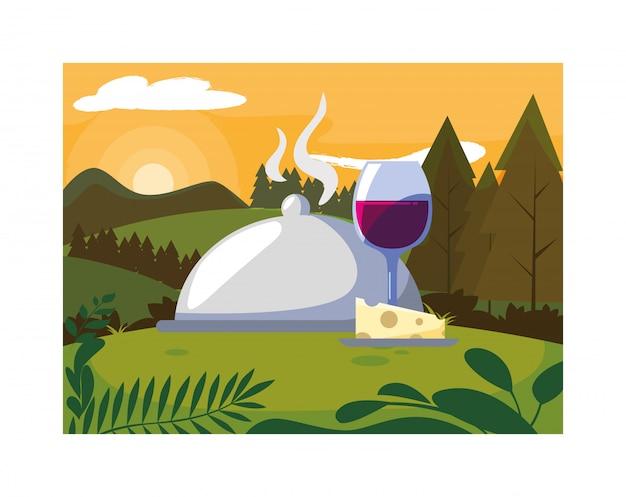 Bicchiere da vino con pezzo di formaggio e vassoio server