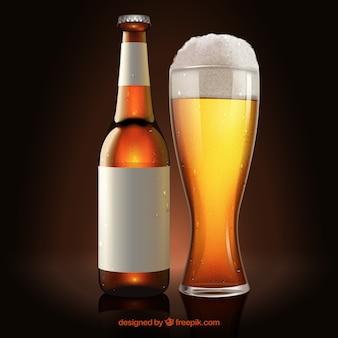 Bicchiere di birra e bottiglia con etichetta